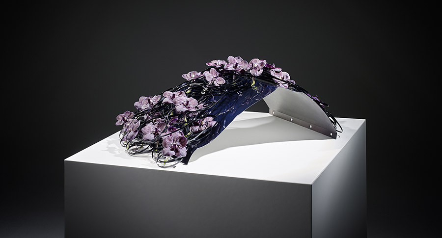 Floral presentation of the THE 7 body colour Imperial Blue Brilliant Effect metallic